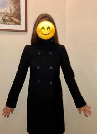 Пальто темно-синего цвета