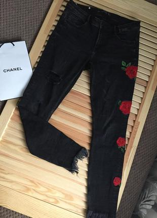 Очень крутые чёрные рваные джинсы с вышивкой и бахромой по низу