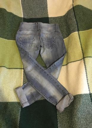 Голубые джинсы terranova