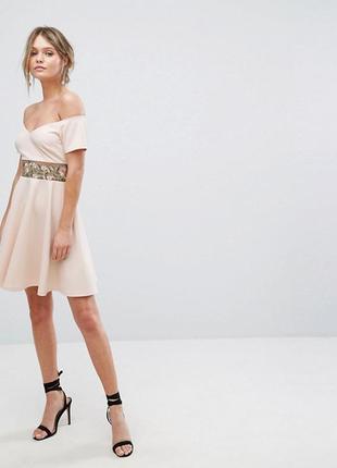 Нежное платье с кружевом и открытыми плечами, юбка клёш,
