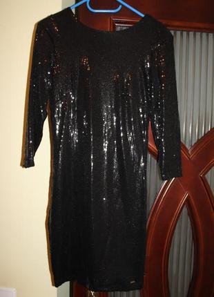 Чорне плаття в пайетках на красиву фігуру