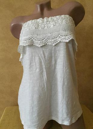 Стильная белая майка м с открытыми плечами на резинке