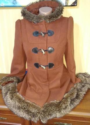 Коричневое пальто с мехом и капюшоном