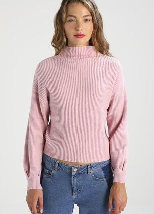 Розовый свитер под горло в рубчик