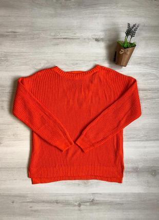 Яркий свитер с красивой спинкой