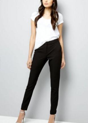 Классические зауженые к низу брюки new look