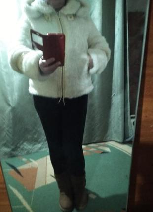 Белая нарядная шубка.