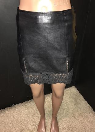 Кожаная юбка с хлопковым кружевом, есть дефект царапина 5 мм - на третьем фото