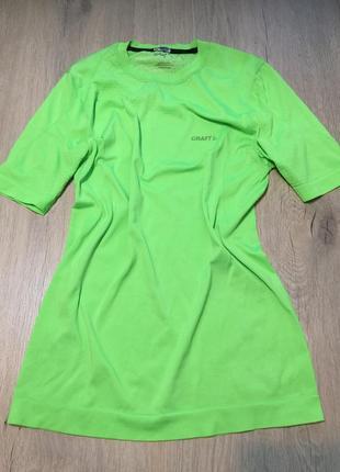 Салатовая спортивная футболка
