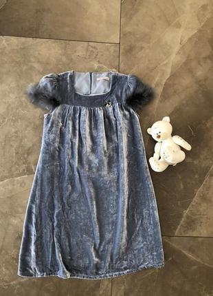 Оригинал! велюровое нарядное платье украшено страусиным пухом)