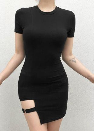 Маленькое черное платье с портупеей
