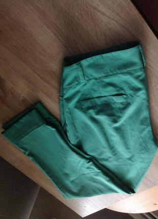Крутые зеленые зауженные укороченные брюки аtmosphere2 фото