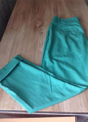 Крутые зеленые зауженные укороченные брюки аtmosphere4 фото
