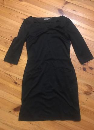 Чёрное обтягивающее платье из плотной ткани