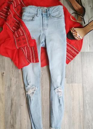 Стильные джинсы скинни с  рваными коленками бахромой рваные края new look