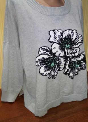 Серый свитер с цветами и бусинами