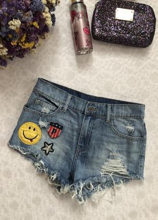 Джинсовые шорты с яркими нашивками , дырками , рванкой  . крутые