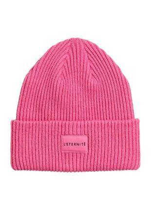 Розовая вязаная шапка с нашивкой h&m