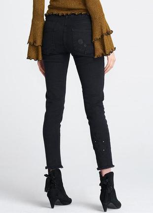 Чёрные джинсы с вышивкой и бахромой внизу zara