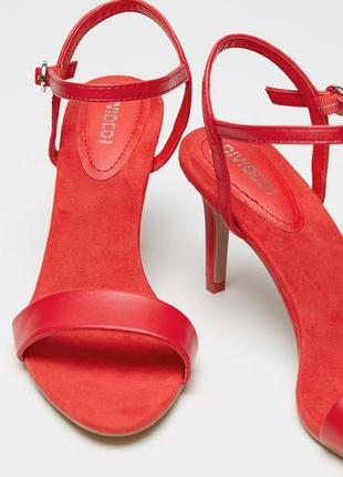 Босоножки красные алые 37.5 удобные 38 небольшой каблук каблуке классика классические