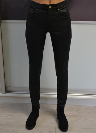 Стильные   скинни джинсы с высокой посадкой и кожаной пропиткой