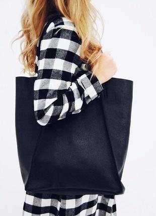 Повседневная кожаная брендовая сумка в черном цвете.