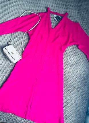 Шикарное платье миди цвета фуксии с вырезами на плечах