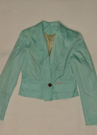 Бирюзовый пиджак на одну пуговицу, очень нежный цвет