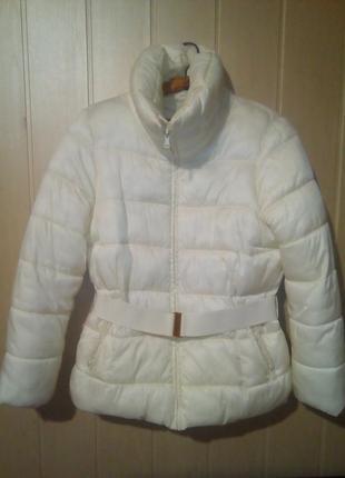 Курточка легкая и теплая с высоким воротником слегка песочного цвета