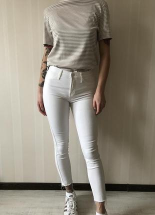 Белые джинсы скинни