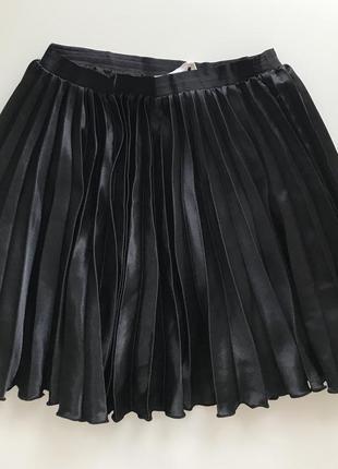 Плиссированная брэндовая мини  юбка