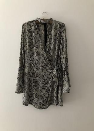 Модное платье на запах с чекером