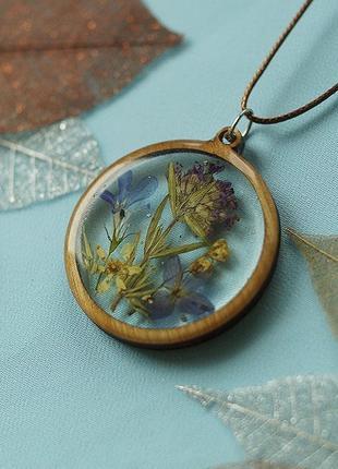 Круглый кулон с цветочной композицией \ рамка из дерева