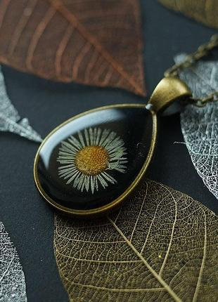 Кулон-капля с ромашкой на чёрном фоне