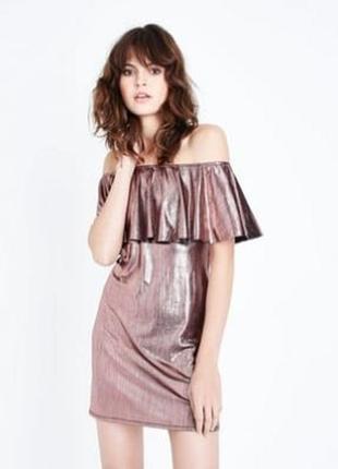 Нарядное стильное платье металлик с открытыми плечами и воланом, прямое серебристое