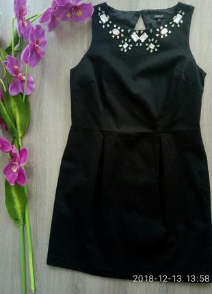 Красивое платье с камнями