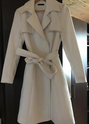 Пальто молочного кольору