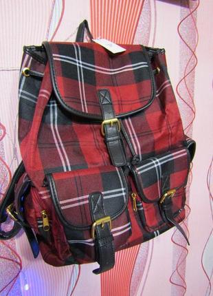Яркий рюкзак с модным принтом