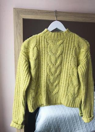Красивый жёлтый свитер