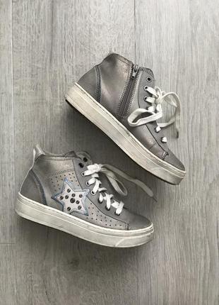 Стильные кроссовки carnaby с потертостями