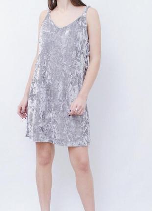 Велюровое симпатичное платье