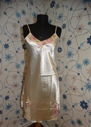 Молочный атласный пеньюар сорочка с цветочными вставками