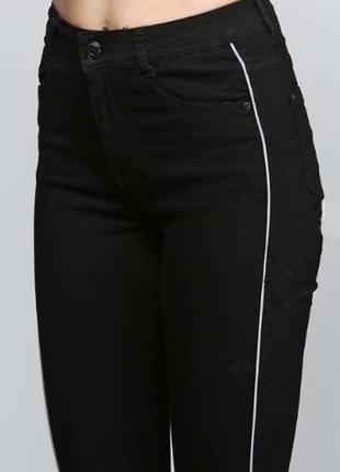 Чёрные skinny джинсы на высокой посадке, снизу бахрома