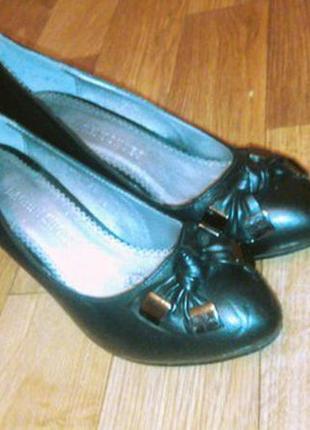 Черные туфли лодочки на низком каблуке