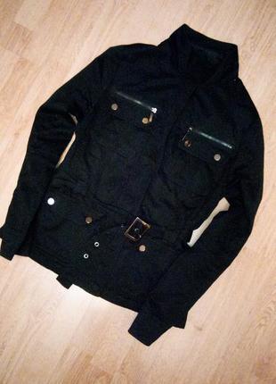 Черная куртка утепленная на флисе с поясом карманами под горло
