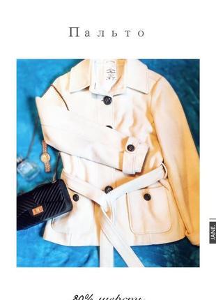 Стильное шерстяное пальто молочного цвета