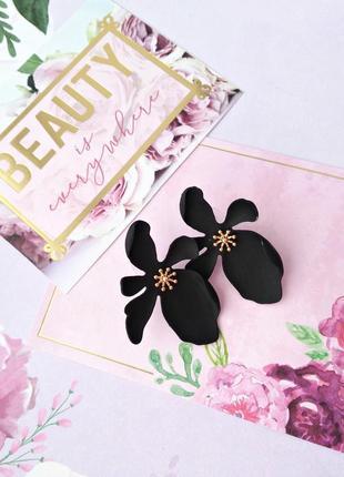 Серьги черный цветок/стиль зара/матовый/каучук/новая коллекция/тренд/стильно