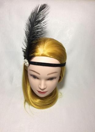 Повязка на голову с пером.