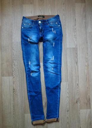 Стильнячие джинсы слим с потертостями от etro