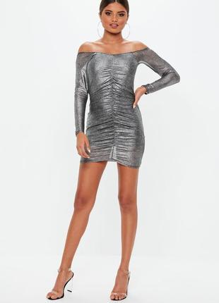 Платье металлик с открытыми плечами и драпировкой спереди missguided коллекция 2018